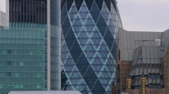 The Gherkin oder Swiss Re-Tower genannt, ist ein 180 m hoher Wolkenkratzer von der City of London